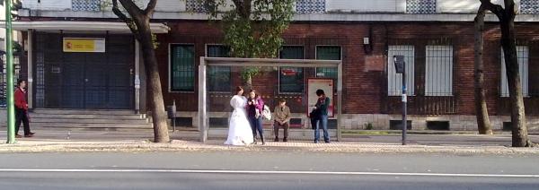"""Manola, """"Novia con cuñada esperando el autobús"""", 2010"""